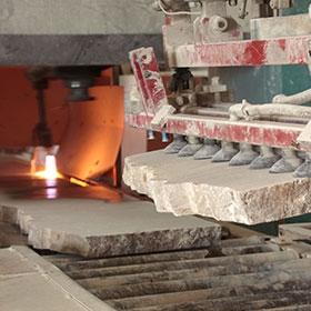 travail de flammage de la pierre calcaire